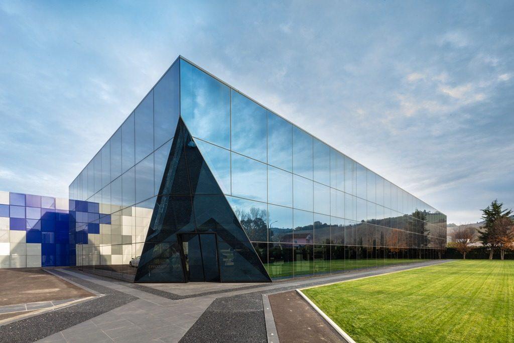 Un padiglione espositivo aziendale rivestito in vetro e realizzato con le carpenterie metalliche di Promo S.p.A.